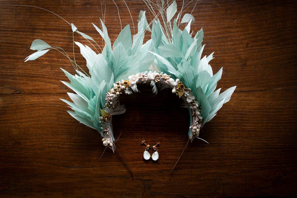 Diadema de plumas y pendientes de la novia