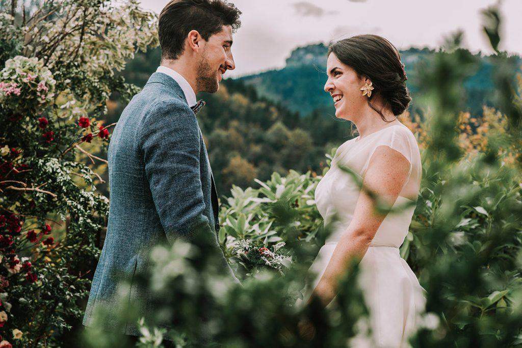 Elopements wedding ¿una boda para dos? Foto de la la pareja de novios en la Editorial Recuerdos, una boda sostenible organizada por Life moments design